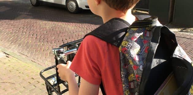 kind op fiets in straat