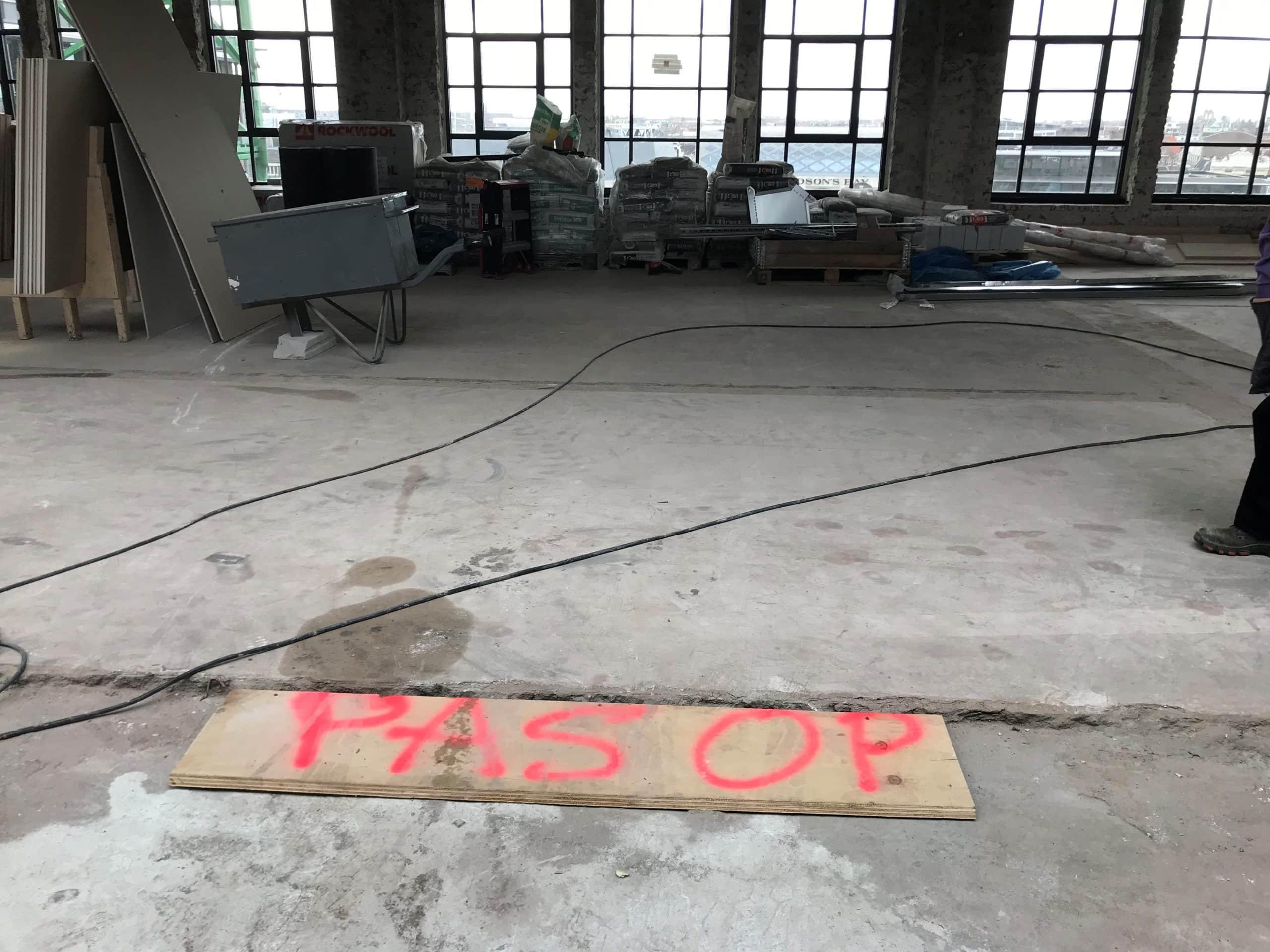 plank op bouwplaats met pas op