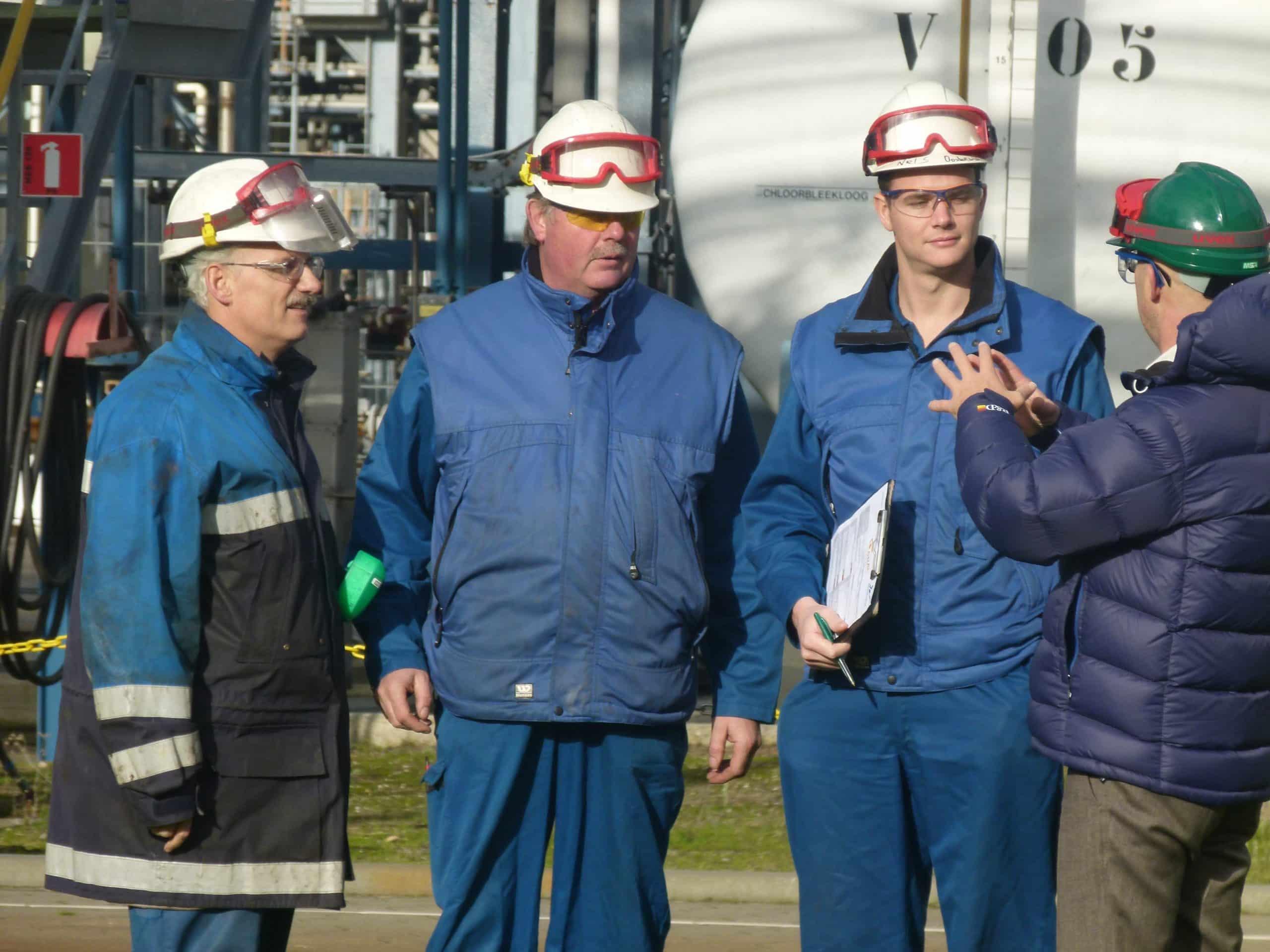 Salmay medewerker geeft veiligheidsinstructies