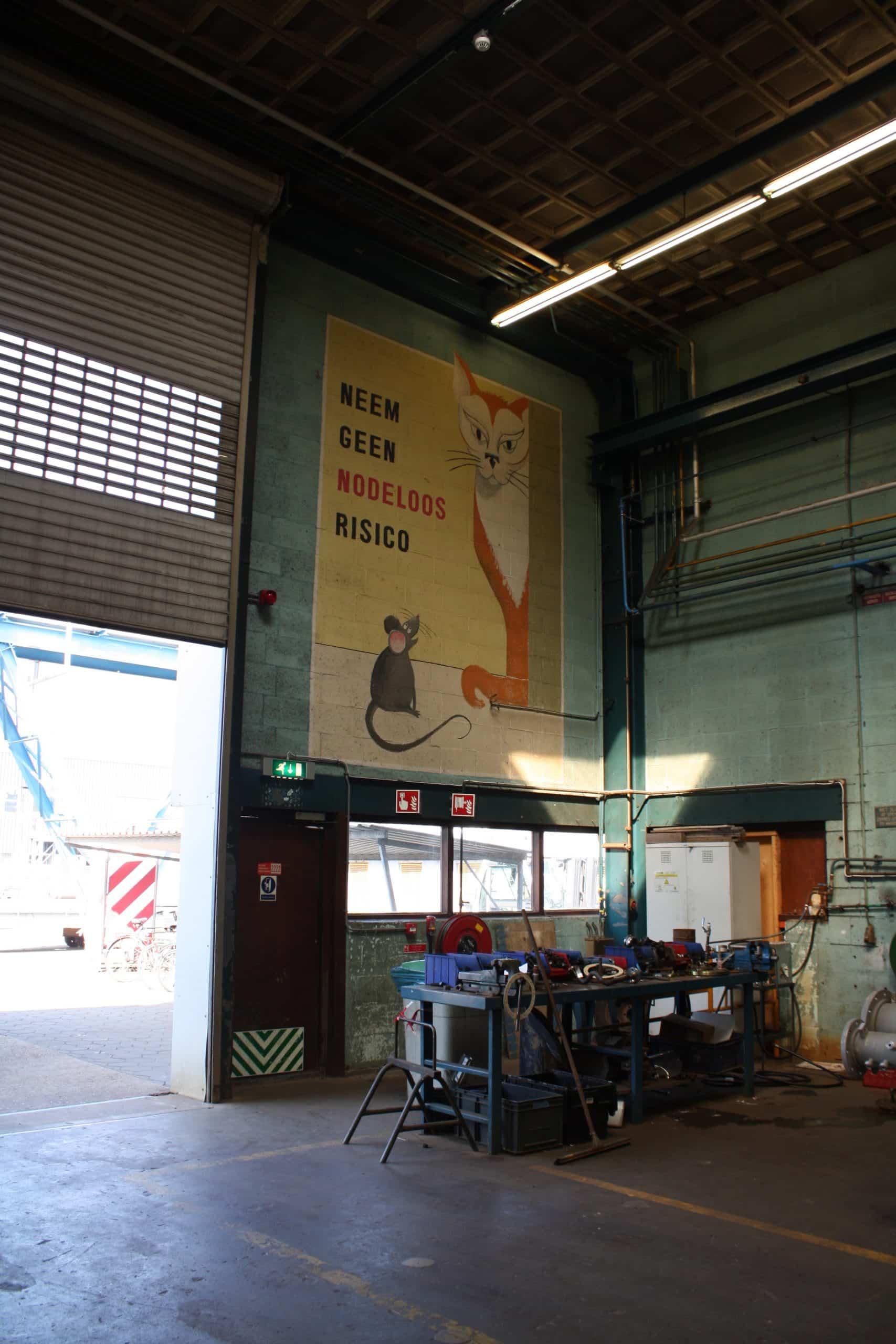oude veiligheidsposter in fabriekshal